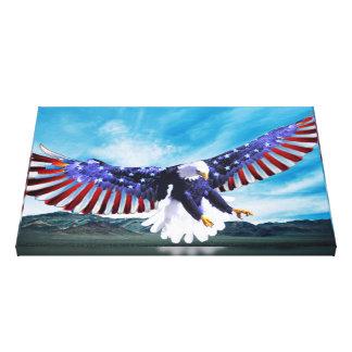 Lienzo Eagle que vuela en el cielo con una bandera
