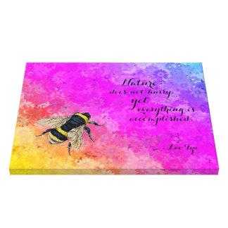 Lienzo El arco iris de las margaritas colorea el abejorro