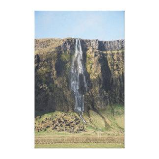 Lienzo El descenso escarpado de una cascada islandesa