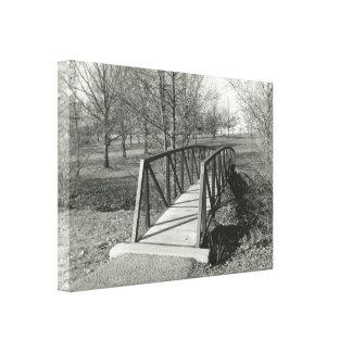 Lienzo Fotografía blanco y negro de un puente viejo del
