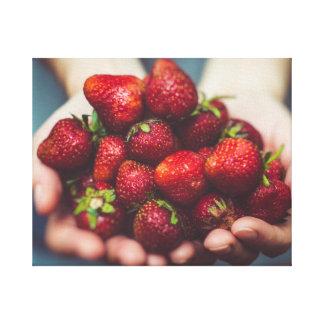 Lienzo Fresas en una mano