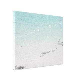 Lienzo Huellas en la arena con el océano en la playa