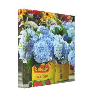 Lienzo Hydrangeas y flores frescas en latas del tomate