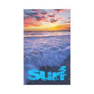 Lienzo La playa que practica surf agita en la puesta del
