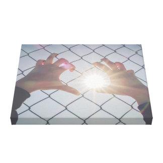 Lienzo Manos del refugiado en la cerca