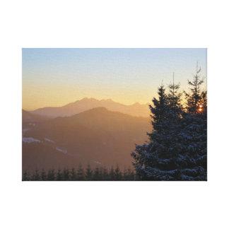Lienzo Opinión de la puesta del sol de las montañas de