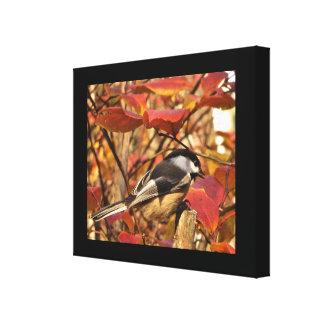 Lienzo Pájaro blanco negro del Chickadee con las hojas de