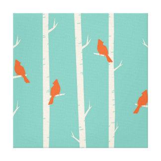 Lienzo Pájaros anaranjados lindos encaramados en árboles