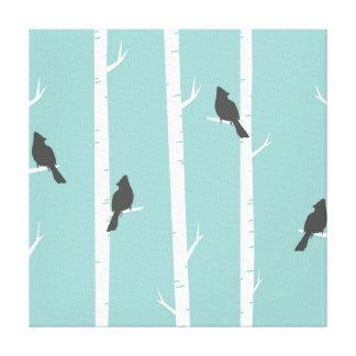 Lienzo Pájaros negros lindos encaramados en árboles de