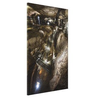 Lienzo Pasarela de acero construida dentro de una mina