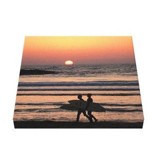 Lienzo Puesta del sol - personas que practica surf en la