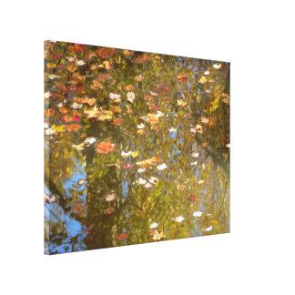 Lienzo Reflexión de las hojas y de la corriente de otoño