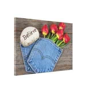 Lienzo tulipanes rojos en bolsillo azul de la mezclilla