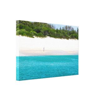 Lienzo Un hombre que camina solamente en la playa hermosa
