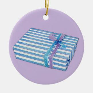 Lila rayada azul del regalo adorno de reyes