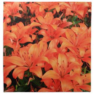 Liliums anaranjados en la floración servilleta de tela