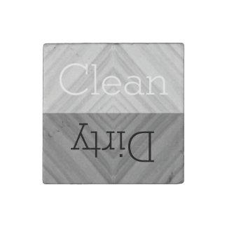 Limpie el lavaplatos sucio de los platos del | imán de piedra