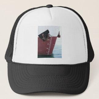 Línea de flotación marcada en la nave con la gorra de camionero