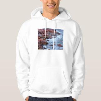 Línea de la playa rocosa con agua, Canadá Sudadera