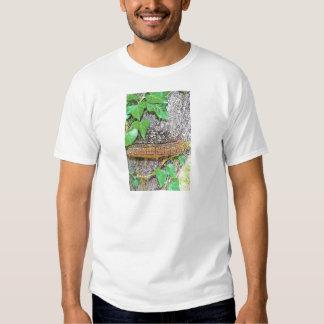 Línea del hongo de la familia camiseta