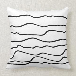 Líneas onduladas blancos y negros contemporáneas cojín
