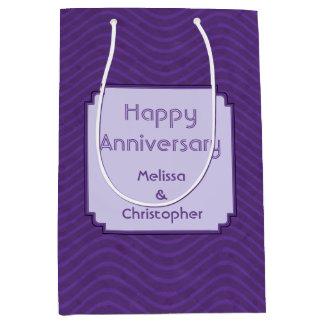Líneas onduladas púrpuras modelo bolsa de regalo mediana