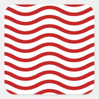 Líneas onduladas rojas y blancas regalos de la pegatina cuadrada