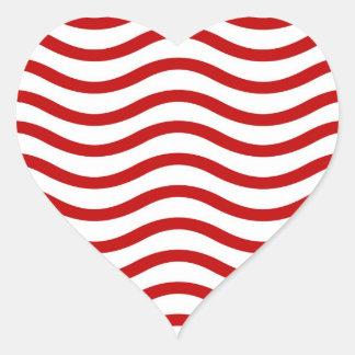 Líneas onduladas rojas y blancas regalos de la pegatina en forma de corazón