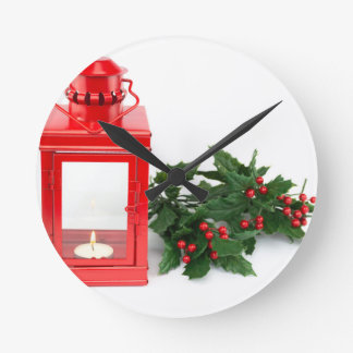 Linterna roja con las ramitas y las bayas del reloj redondo mediano
