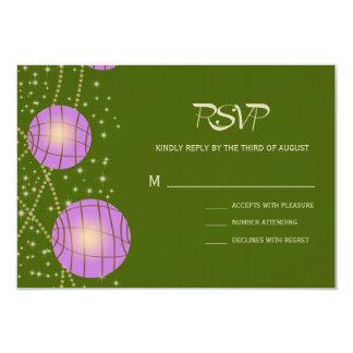 Linternas festivas con verde y lavanda de musgo en invitación 8,9 x 12,7 cm