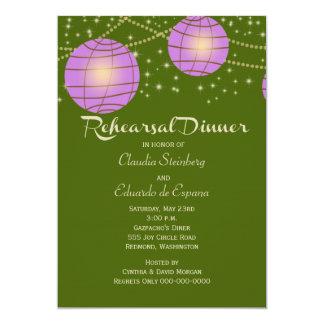 Linternas festivas con verde y lavanda de musgo en invitación 12,7 x 17,8 cm