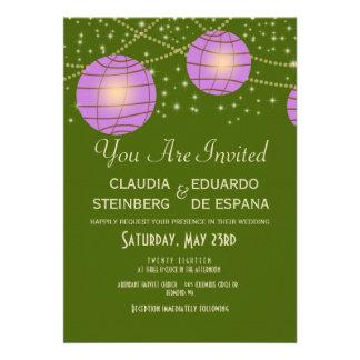 Linternas festivas con verde y lavanda de musgo en invitacion personalizada