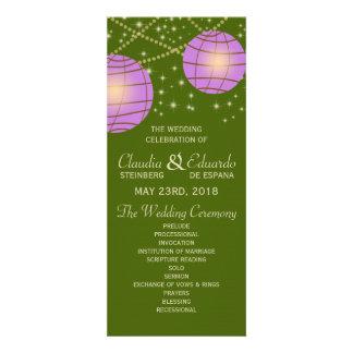 Linternas festivas con verde y lavanda de musgo en invitacion personal
