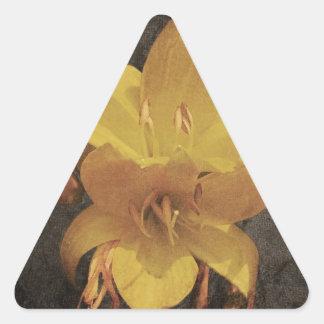 Lirio asiático amarillo en backgrou grunged viejo pegatinas triangulo personalizadas