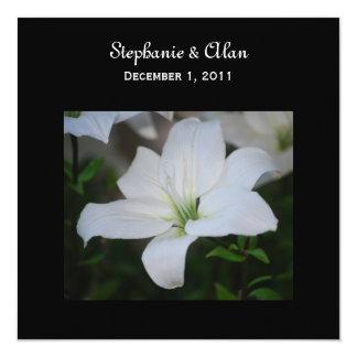 Lirio blanco en invitaciones negras del boda invitación 13,3 cm x 13,3cm