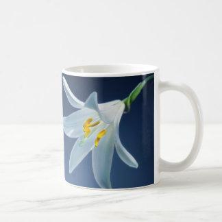 lirio de madonna blanco vibrante hermoso. taza de café