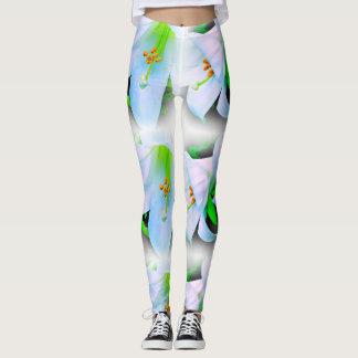 Lirios blancos y verdes en las polainas negras leggings
