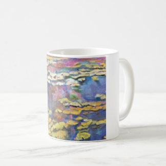 Lirios de agua en una charca taza de café