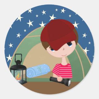 Little Boy en tienda con el cielo estrellado Pegatina Redonda