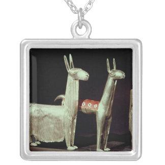 Llama, alpaca y mujer collar plateado