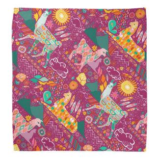 Llamas preciosas en pañuelo púrpura
