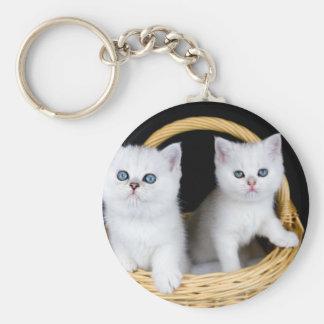 Llavero Dos gatitos blancos en cesta en background.JP