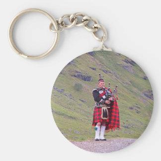 Llavero Gaitero escocés solitario, montañas, Escocia