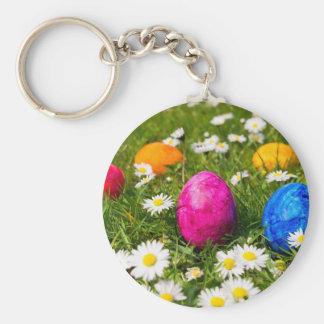 Llavero Huevos de Pascua pintados en hierba con las