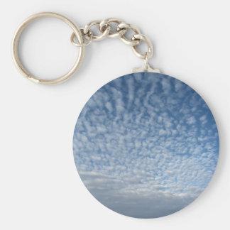 Llavero Muchas nubes suaves contra fondo del cielo azul