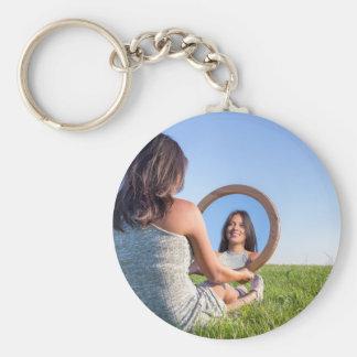 Llavero Mujer en la naturaleza que ve su imagen de espejo