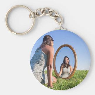 Llavero Mujer que se arrodilla en la hierba que mira