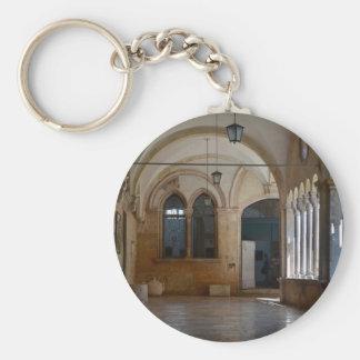 Llavero Un claustro tranquilo del monasterio en Dubrovnik