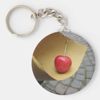 Llavero Una cereza roja en el papel de la comida de la