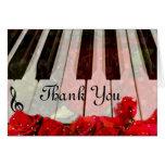 Llaves del piano, rosas y música Notes_ Tarjeta